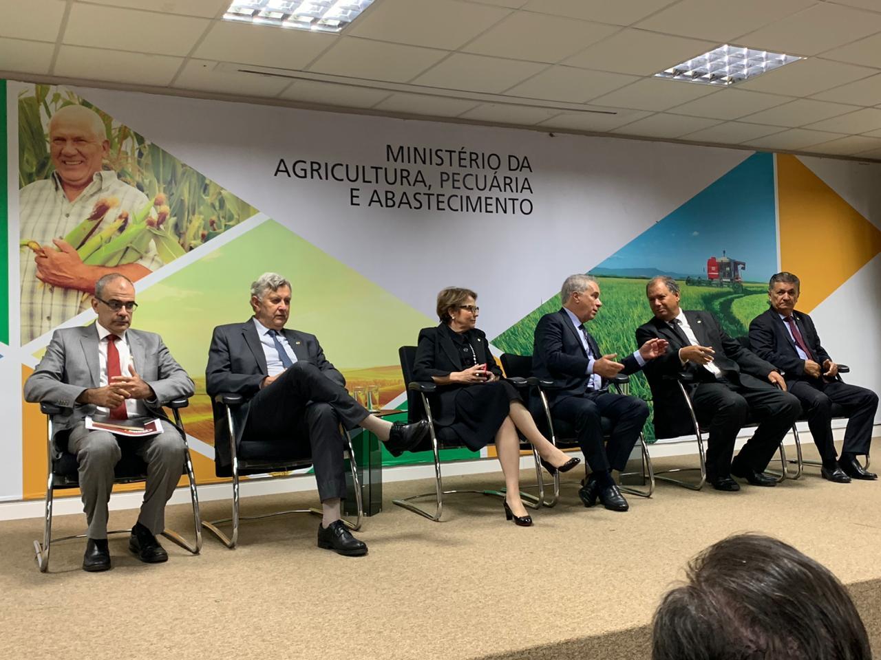Abinpet discute defesa agropecuária e tributação no MAPA.